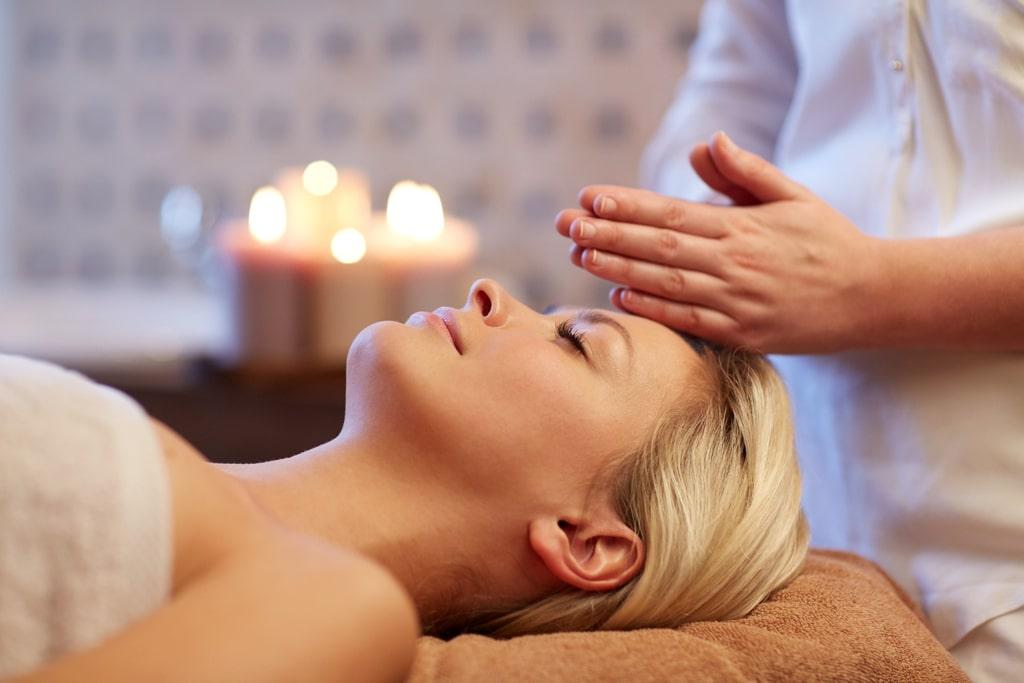 The One Thai Massage Frau Kopfmassage von der Seite